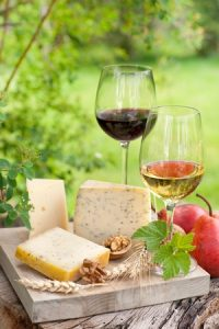 Vin rouge et blanc de Bordeaux avec du fromage