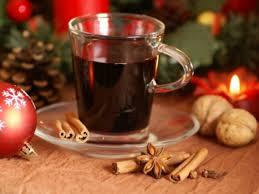Tasse de vin chaud rouge et épices et décorations de Noël