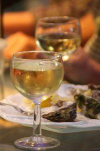Verres de vin blanc et huîtres