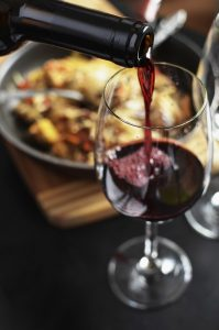 Vin rouge du Jura avec du gibier en sauce