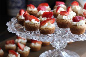 Dessert aux fruits et aux fraises avec du vin blanc