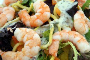 Crustacés et crevettes avec du vin blanc