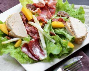 Salade de gésiers et foie gras avec du vin rouge